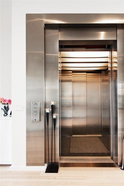 pisos con ascensor hasta la puerta de casa muebles de diseño mesas fritz hansen lexingon cojines estilo nórdico estilo moderno estilo escandinavo diseño de interiores decoración pisos diáfanos decoración en blanco decoración de interiores diáfanos decor