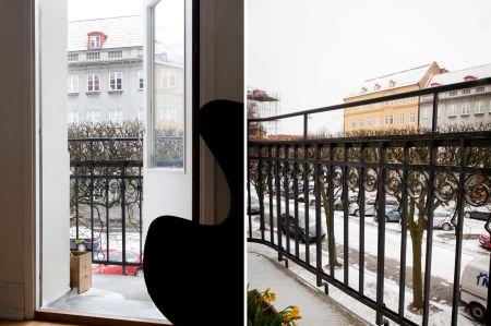 suelo de parquet espigado sillas de diseño muebles de diseño originales Moises Showroom mid century modern fritz hansen estilo nórdico estanterías montana el Huevo de Arne Jacobsen diseño suizo diseño nórdico diseño muebles de los 50 diseño europeo diseño escandinavo diseño de muebles diseño danés decoración blanco y negro cocinas modernas cocinas ikea inspiración cocinas blancas Chaise Lounge LC4 de Le Corbusier CH 24 de Hans J. Wegner carl hansen ch24 blog interiores blog decoración nórdica blog deco alfombra rayas ikea