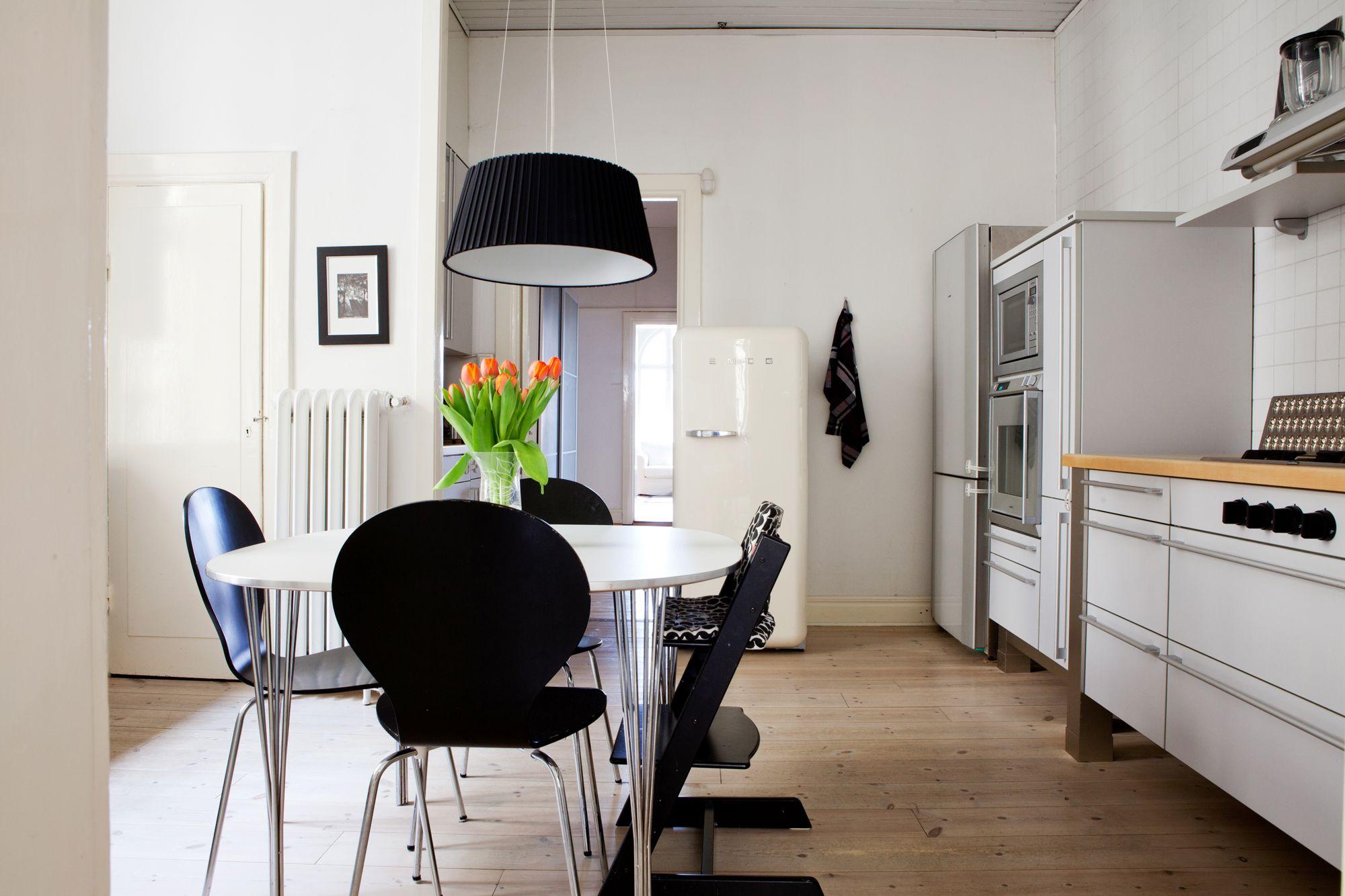 Decoraci n paredes blancas empapeladas con motivos for Cocinas empapeladas