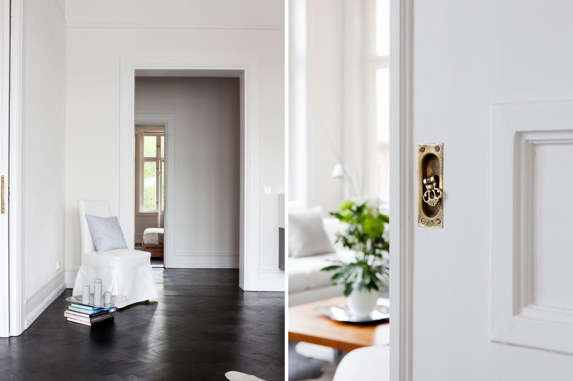 Baño Pequeno Suelo Oscuro:del danés Arne Jacobsen elegante suelo espigado de roble oscuro