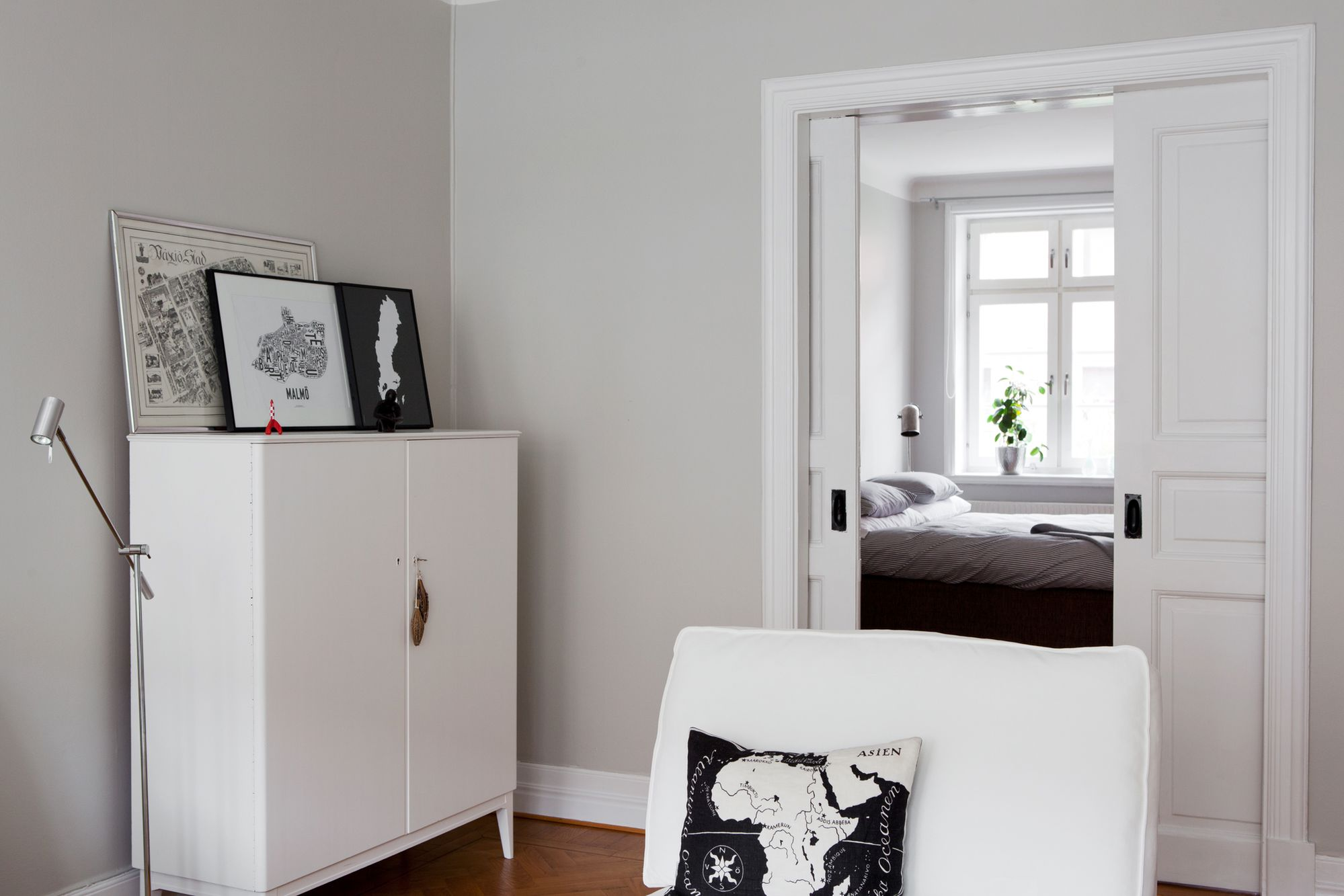 Paredes grises muebles blancos suelo de madera blog for Decoracion de paredes interiores