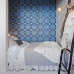 ventanas en el tejado suelo de parquet papel de pared papel de flores librería junto a la cama estilo moderno estilo decoración romántico estilo decoración femenino dormitorio en el ático diseño de interiores decoración de dormitorios colcha rosa