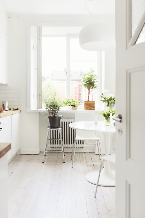 suelo espigado encerado de madera de roble Mini piso en look total white estilo nórdico escandinavo decoración pisos pequeños nórdicos decoración mini pisos decoración en blanco blog decoración nórdica