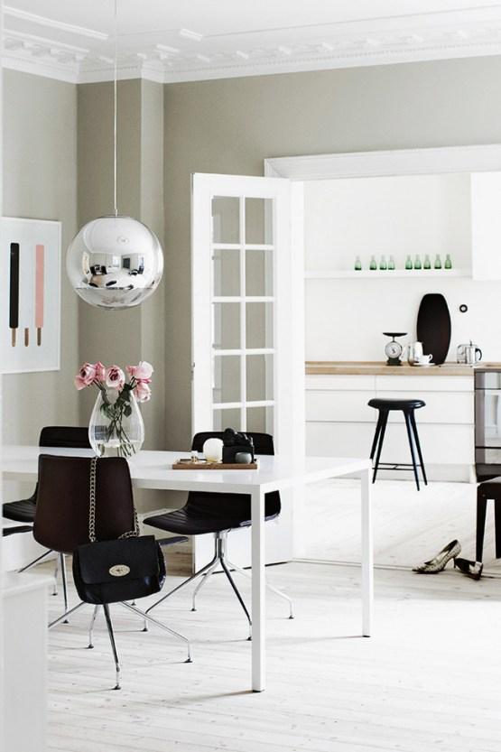viviendas danesas decoración paredes hogar colores pálidos paredes azul claro mobiliario clásico de diseño estilo nórdico escandinavo Estilo nórdico en tonos suaves estilo minimalista contraventanas madera blanca blog decoración nórdica