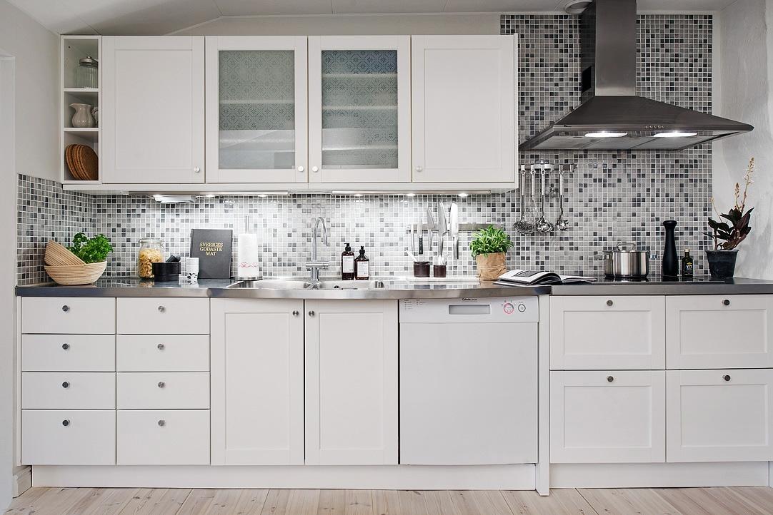 Armon a de grises y blancos en un tico n rdico blog for Cocinas blancas y grises