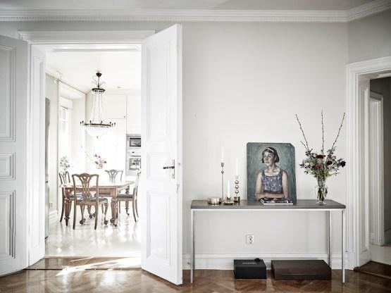 suelo de madera de roble en espiga salon estilo nordico lamparas chandelier interiores suecos grandes ventanales decoración Elegante estilo sueco decoración sueca cocina nórdica blanca blog decoración estilo nórdico escandinavo 35 deco bloggers