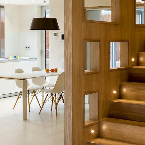viviendas lujo barcelona Unir dos pisos por una escalera revestimientos madera roble interiores barcelona estilo nórdico minimalista distribución diáfana cocinas modernas blog decoracion interiores