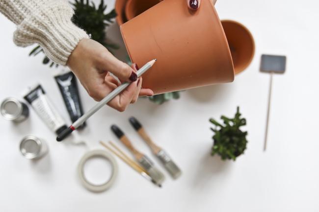 DIY ? Pinta tus macetas de barro o de plástico para darles un aire nórdico