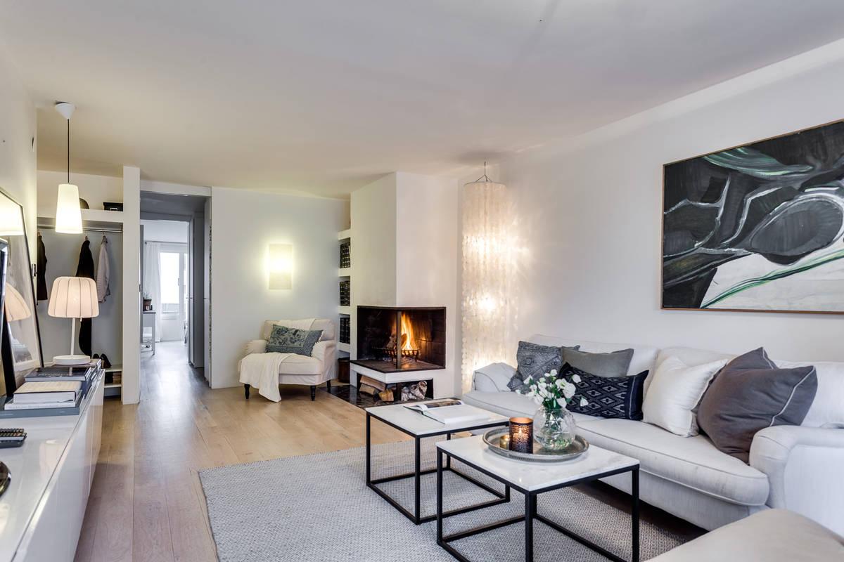 salon con chimenea y libreria empotrada blog decoracion estilo