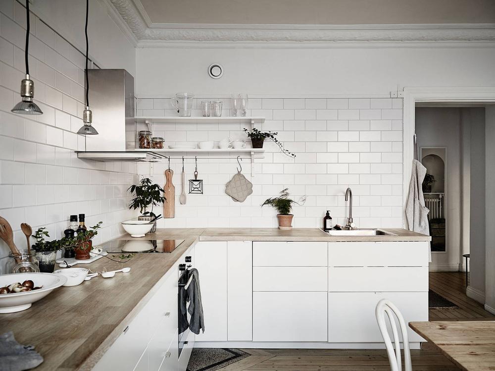 Cocina n rdica con baldosa metro y encimera de madera - Cocinas con encimera de madera ...