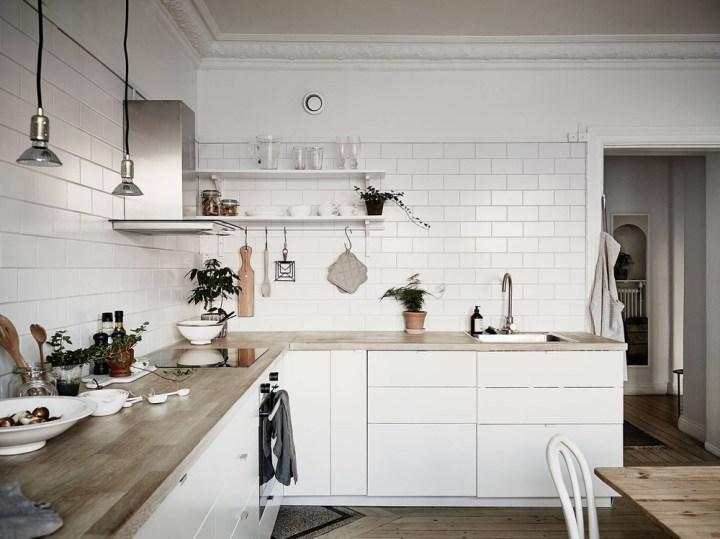 Cocina n rdica con baldosa metro y encimera de madera for Cocinas blancas modernas 2016