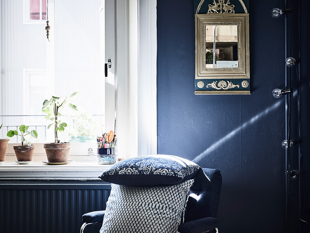 Dormitorio con paredes oscuras y madera natural blog - Blog decoracion dormitorios ...