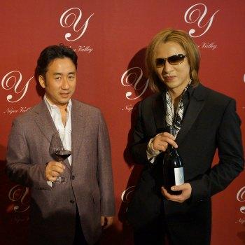 ヨシキ氏と記念撮影するデリバリーワイン代表酒井