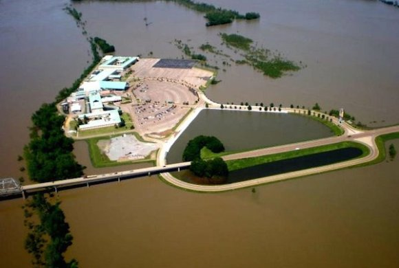 Flood waters surround the Isle of Capri casino in Lula, Mississippi, located immediately across the bridge from Helena, Arkansas. CNN reports the closing of casinos due to flooding will represent an $87 Million hit to the local economy. Photo from American Blues Scene Magazine