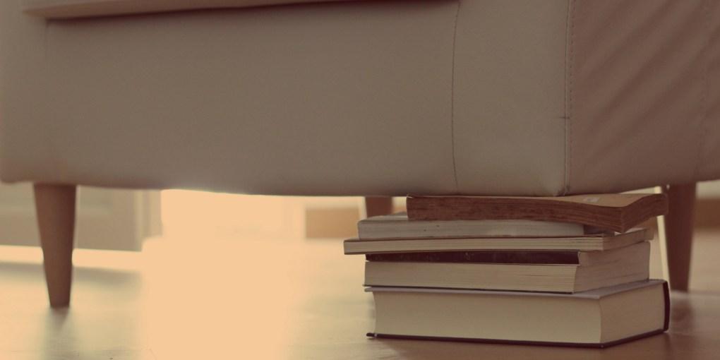 Libros pata sillón mesa