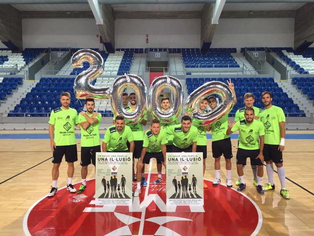 El Palma Futsal posa con el número 2000 de la campaña de socios