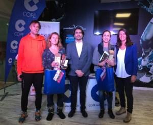 Las ganadoras de la máxima categoría femenina posando con los miembros de la organización y dirección del torneo.