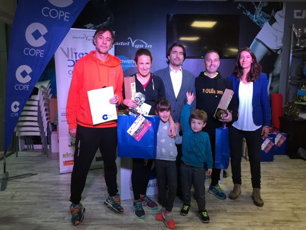Las ganadoras de la máxima categoría mixta posando con los miembros de la organización y dirección del torneo.