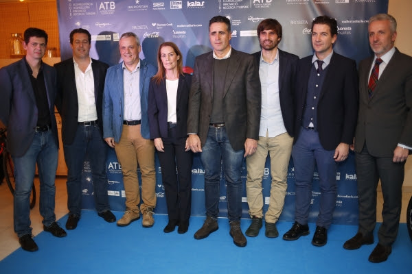 Autoridades y miembros de Madison Sport Group, junto a los ciclistas Joan Llaneras y Miguel Induráin.