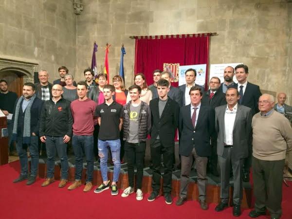 Santiago Mayol, presidente de Barcos Azules (segundo por la derecha), junto a las autoridades, patrocinadores y ciclistas durante la presentación de la XXVIII Playa de Palma Challenge Ciclista Mallorca en el Consolat de Mar.