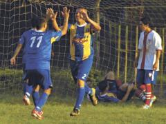 Festejo definitivo. Luis Caballero encontró su gol y le dio la victoria a Mitre (Foto El Territorio)