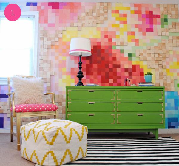 si te sobran algunos cajones o incluso un pallet viejo reutiliza la madera y ponla en la pared incluso puedes pintar cada tabla con un color o barniz