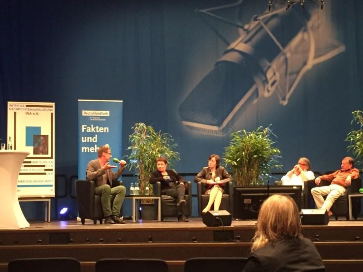 Podium (v.l.n.r.): F. Olbert (Kölner Stadtanzeiger), Petra Werner (TH Köln), Birgit Wentzien (DLF), Peter Ludes (INA) & Walter van Rossum (Publizist)