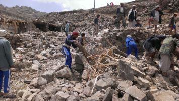 Dorfbewohner durchsuchen Trümmer des Dorfes Hajar Aukaish (Foto: A. Mojalli/VOA/Wikimedia)