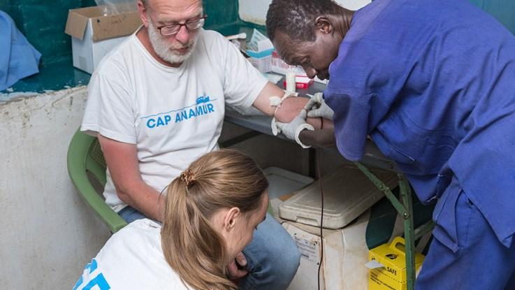 Bernd Göken  spendet sein Blut  im Cap Anamur Hospital in Lwere, Sudan.(Foto: Cap Anamur)