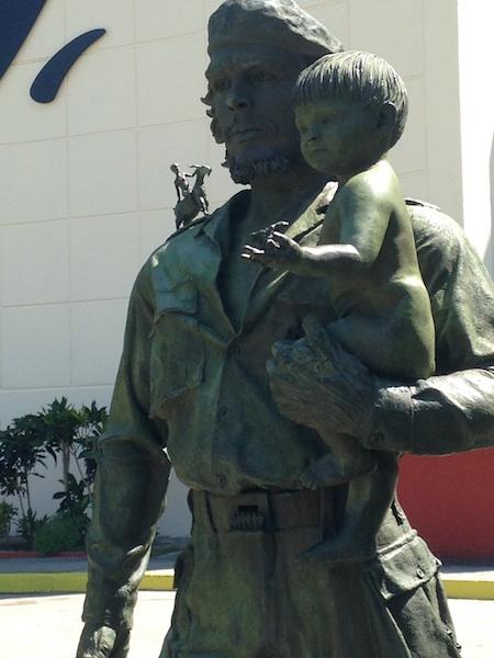 Statue du Che avec un enfant