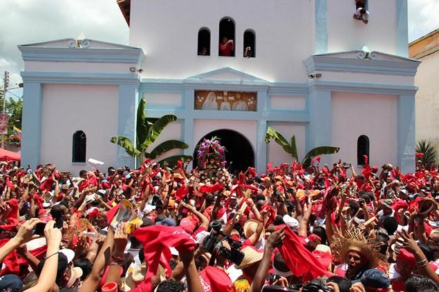 A la salida del templo, San Juan es esperado por más de mil devotos