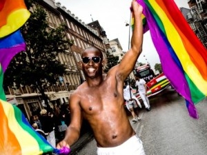 Manifestante con bandera gay