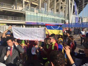 venezolano protestan en estadio de korea