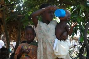 Una niña cuida de Su hermanito en Uganda