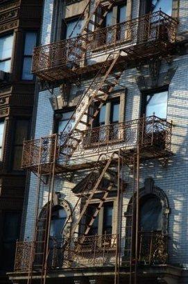 Atardecer en la escalera de incendios