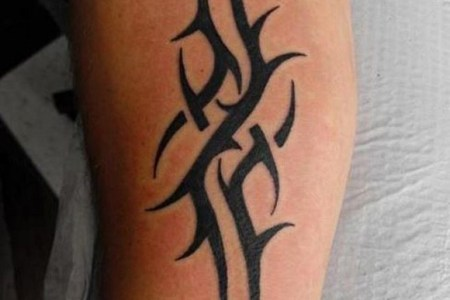 a simple tribal tattoo