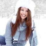 Modelo en la nieve sonrriente