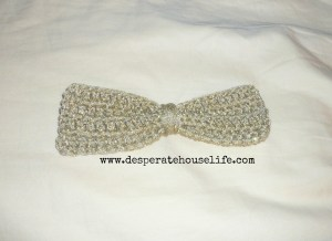 crochet bow 4.jpg 300x218 Big Crochet Bow Hair Clip {diy}