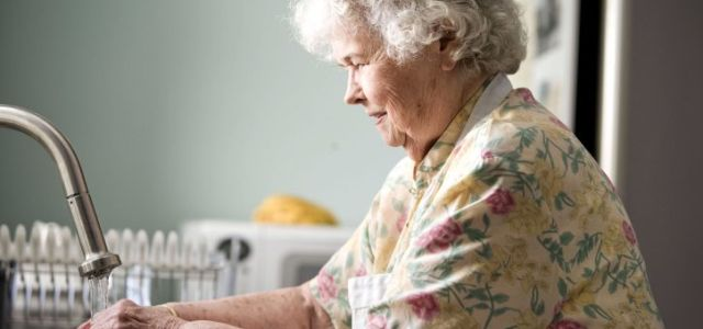 portrait-of-old-woman-in-kitchen-725x483