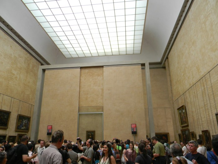 """que fica em frente à misteriosa """"Mona Lisa"""" de Leonardo Da Vinci."""