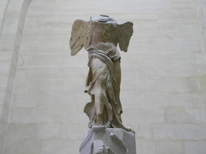 Representa a deusa alada, Nice, e data de 220 a 190 a.C.