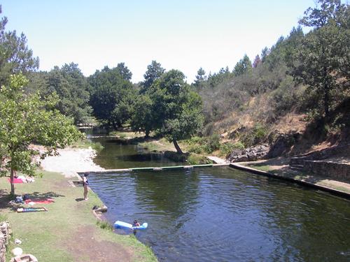 Las piscinas naturales de la sierra de gata de viaje por for Piscina natural de acebo