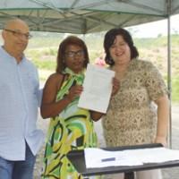 """Monteiro, Marivalda e Silvana, durante assinatura de contrato: """"é um grande projeto"""". Foto: Eberly Laurindo"""