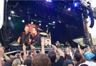"""Bono e Bruce Springsteen apresentam """"Because the Night"""" em Dublin"""