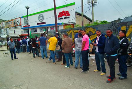 """La gente se aglomera en las afueras del concesionario La Venezolana, para enterarse de cuales son los requisitos para ser merecedor de un vehiculo  y otros solamente hacen cola para ver """"que pueden conseguir"""""""