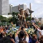 Caraqueños celebraron el día de San Miguel Arcángel este lunes en las calles con una caminata que partió desde Altamira hasta Chacaito que finalizó con una una misa solemne.