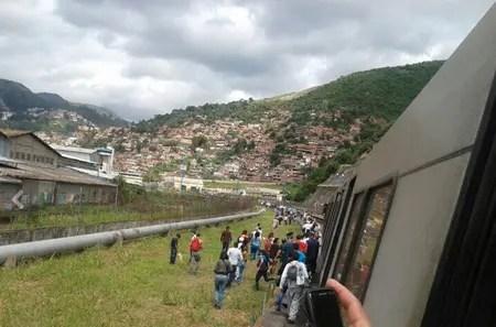 Los pasajeros desalojados del tren fueron guiados hasta la estación Ruiz Pineda por personal del Metro.