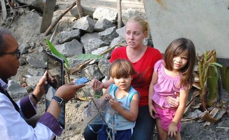 Jennifer con sus dos hijos: Christian de 4 años y Déborah de 5