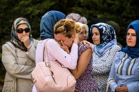 Escenas de dolor se vivieron durante los actos de inhumación de las víctimas del triple atentado terrorista de la noche del martes en Estambul. AFP / OZAN KOSE