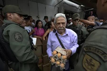 """""""El pueblo clamaba que hiciéramos presencia y es lo que estamos haciendo en estos momentos"""", afirmó el general Carlos Martínez, jefe de la llamada Zona de Defensa Integral del Distrito Capital. AFP / FEDERICO PARRA"""